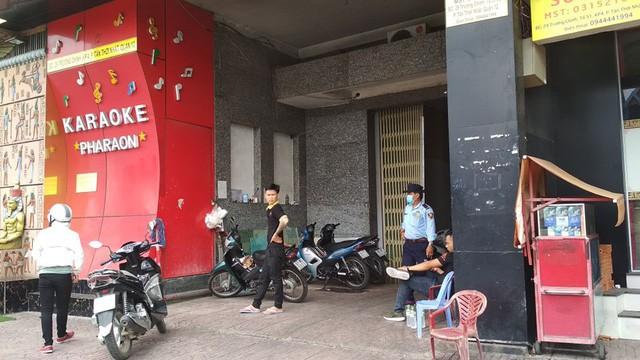 Bên trong quán karaoke ăn chơi của Phúc XO - người đeo nhiều vàng nhất Việt Nam vừa bị công an tạm giữ - Ảnh 1.