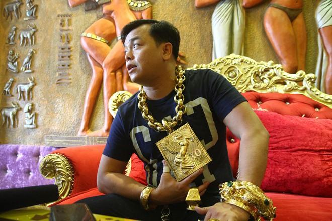 Đại gia Phúc XO đeo 17kg trên người: Liệu đeo vàng có lợi hay gây hại cho sức khỏe? - Ảnh 1.