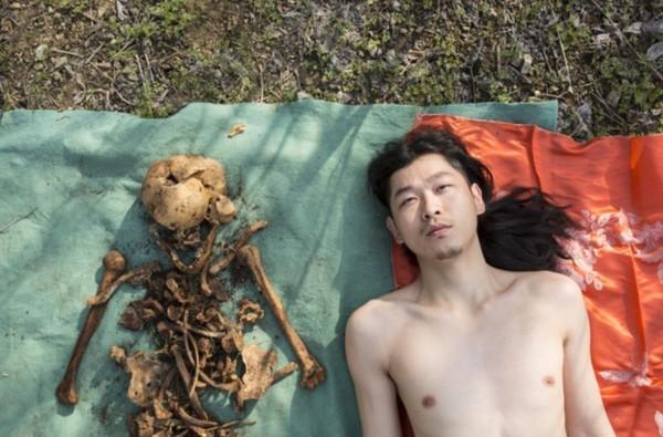 Đào mộ cha lên rồi nằm khỏa thân bên cạnh để chụp ảnh, người đàn ông gây bão MXH - Ảnh 1.