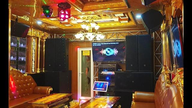 Bên trong quán karaoke ăn chơi của Phúc XO - người đeo nhiều vàng nhất Việt Nam vừa bị công an tạm giữ - Ảnh 4.