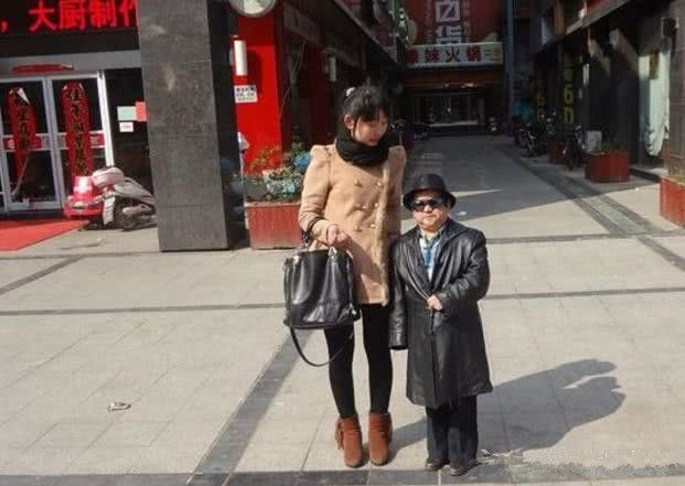 Diễn viên lùn nhất Trung Quốc: Chỉ cao 1m2 nhưng đào hoa, lấy tới 4 vợ trẻ đẹp - Ảnh 7.