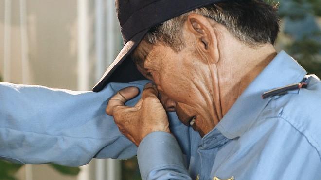 Bác bảo vệ nghèo dùng tiền quyên góp của mọi người để làm từ thiện: Tui sống khổ, ăn khổ, nhưng tâm hồn không khổ - Ảnh 3.