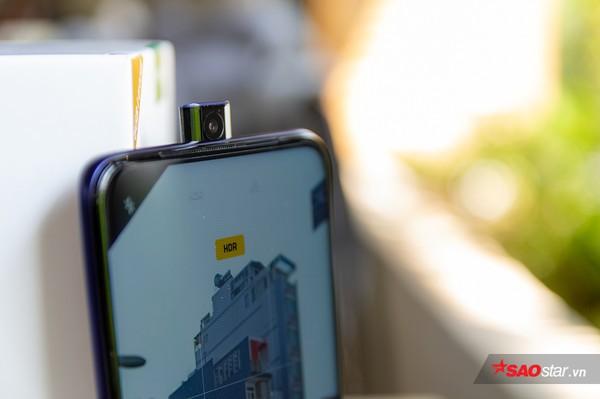 4 smartphone có camera trước kỳ lạ nhất làng di động: Hết thò thụt kiểu vây cá mập lại lật xoay 180 độ - Ảnh 3.
