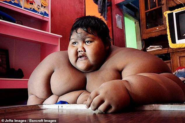 Từng được coi là 'bé trai nặng nhất thế giới', cậu bé Indonesia béo đến không thể đi học nổi giờ ra sao - Ảnh 1.
