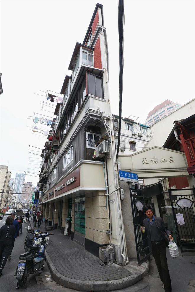 Cận cảnh cuộc sống lao đao trong tòa nhà mỏng như tờ giấy ở Thượng Hải - Ảnh 1.