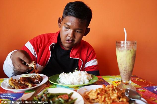 Từng được coi là 'bé trai nặng nhất thế giới', cậu bé Indonesia béo đến không thể đi học nổi giờ ra sao - Ảnh 7.