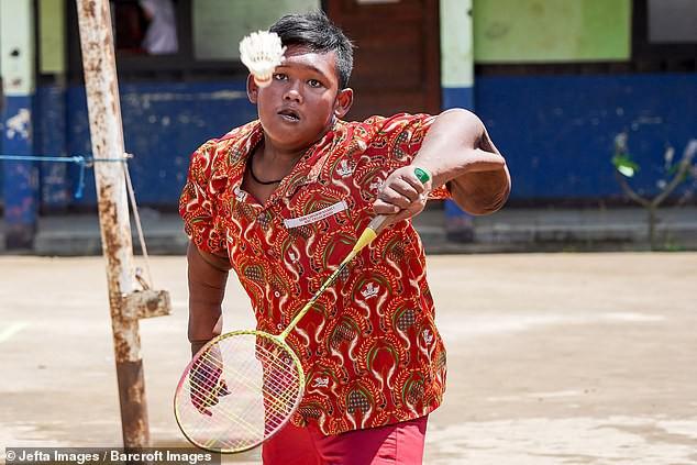 Từng được coi là 'bé trai nặng nhất thế giới', cậu bé Indonesia béo đến không thể đi học nổi giờ ra sao - Ảnh 8.
