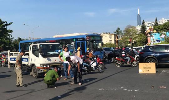 Xe khách cán chết người phụ nữ bán vé số ở trung tâm TP HCM - Ảnh 1.