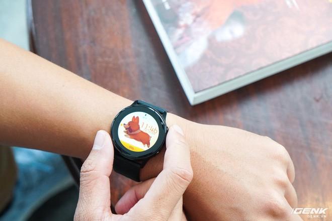 Trên tay đồng hồ Galaxy Watch Active giá 5,5 triệu đồng: đơn giản nhưng không kém phần sang trọng, thiết kế nhỏ gọn hợp với cổ tay người Á Đông - Ảnh 4.