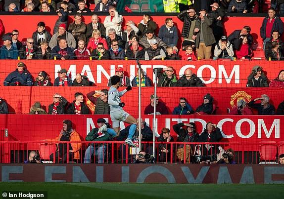 Trăm mối tơ vò, Man United hung hiểm vượt qua West Ham, run rẩy nhìn về phía Barca - Ảnh 3.