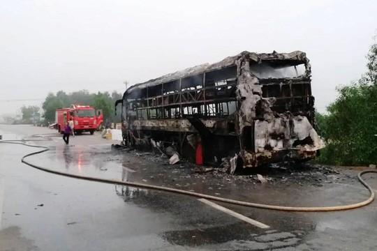 Xe khách bất ngờ bốc cháy dữ dội, 30 hành khánh bỏ chạy tán loạn - Ảnh 1.