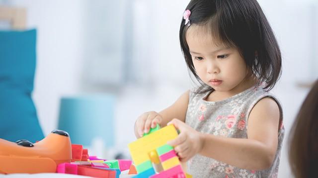 Những đồ chơi kích thích phát triển não bộ dành cho trẻ 2 tuổi mà cha mẹ nhất định không thể bỏ qua - Ảnh 1.
