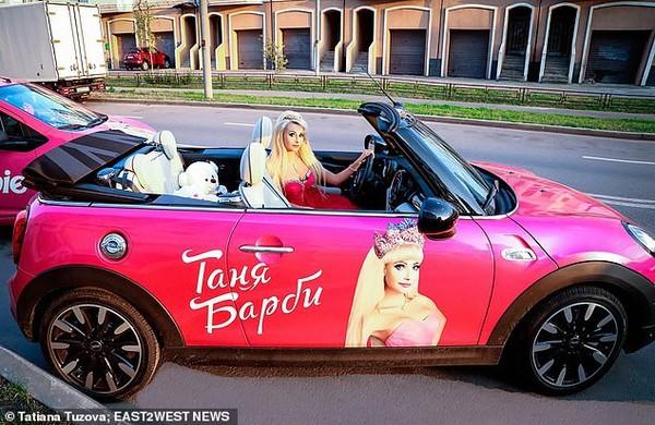 Cuộc sống không bạn bè của người phụ nữ phẫu thuật thẩm mỹ hàng chục lần để trở thành búp bê Barbie - Ảnh 2.