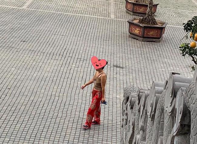 Vào chùa bái Phật nhưng mặc áo hai dây, thả rông vòng 1, chị gái bị dân mạng chỉ trích gay gắt - Ảnh 1.