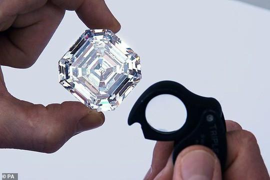 Bị phát hiện 44 viên kim cương trong hậu môn vì chạy xe không có biển số - Ảnh 3.