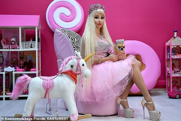 Cuộc sống không bạn bè của người phụ nữ phẫu thuật thẩm mỹ hàng chục lần để trở thành búp bê Barbie - Ảnh 3.
