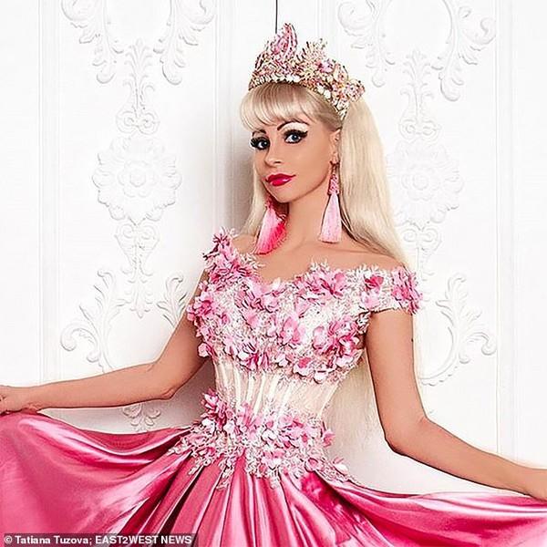 Cuộc sống không bạn bè của người phụ nữ phẫu thuật thẩm mỹ hàng chục lần để trở thành búp bê Barbie - Ảnh 5.
