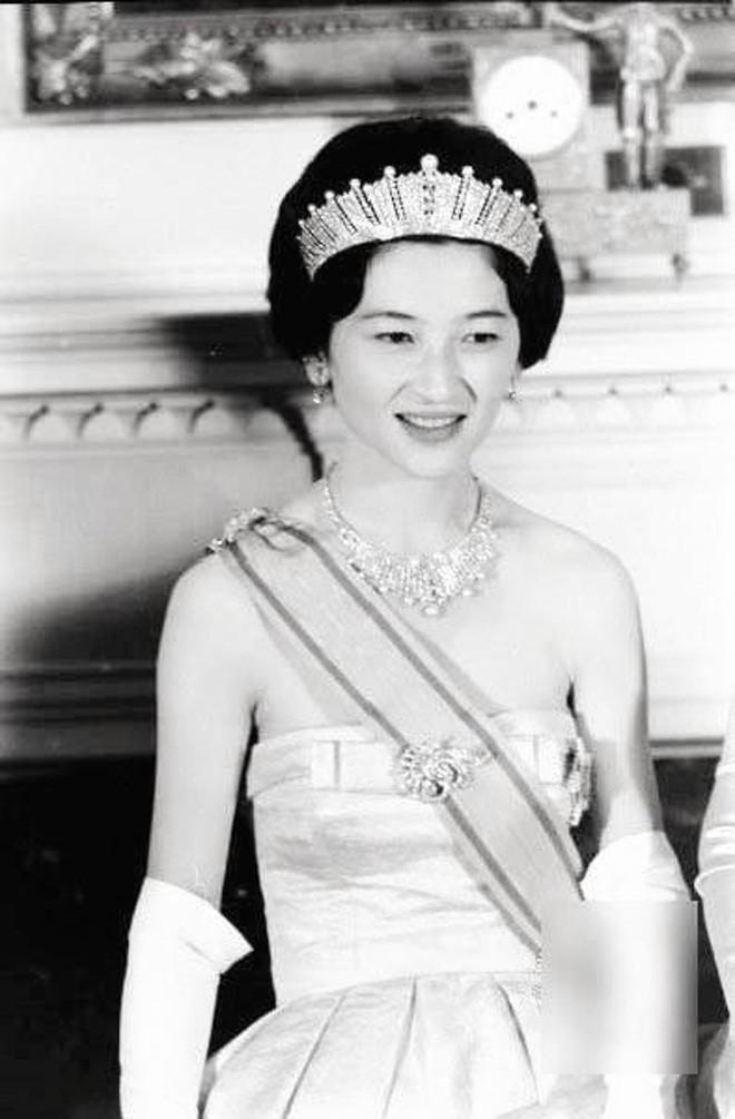 Nhan sắc kiều diễm của Hoàng hậu thường dân Michiko thời trẻ, khiến vua say đắm đến phá bỏ quy tắc Hoàng gia - Ảnh 10.