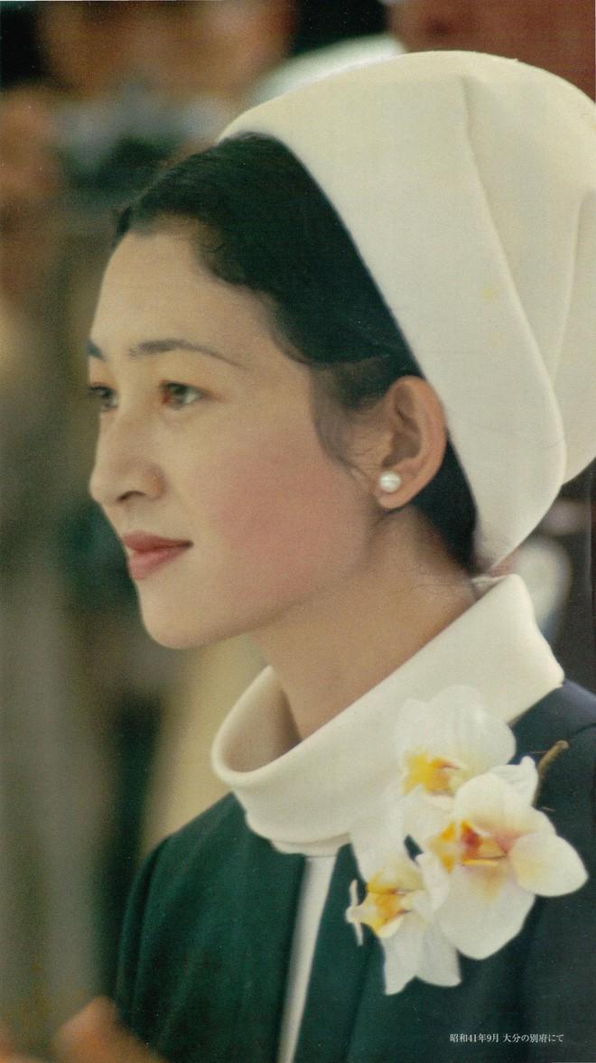 Nhan sắc kiều diễm của Hoàng hậu thường dân Michiko thời trẻ, khiến vua say đắm đến phá bỏ quy tắc Hoàng gia - Ảnh 13.