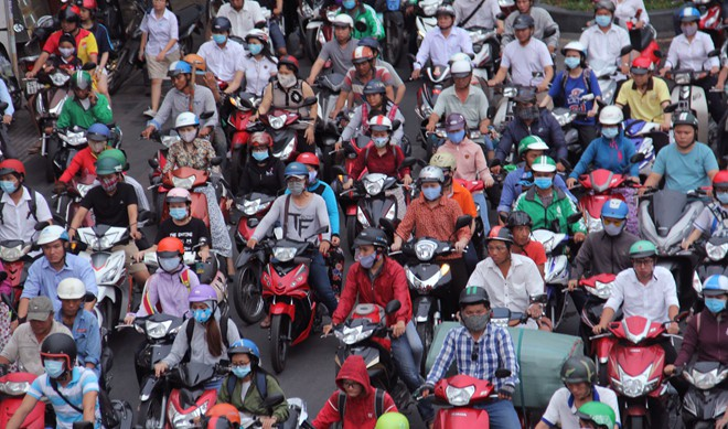 Người dân trở lại Sài Gòn, các nẻo đường ùn ứ kéo dài trong cái nóng hầm hập - Ảnh 4.