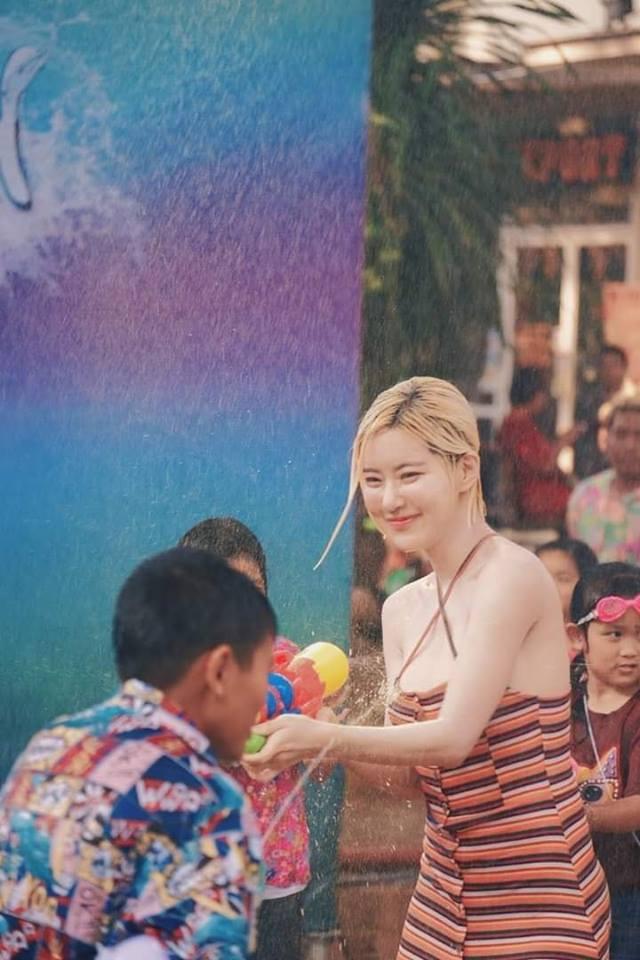 Phát hiện cô nàng chiếm spotlight tại Tết té nước Songkran, tìm info