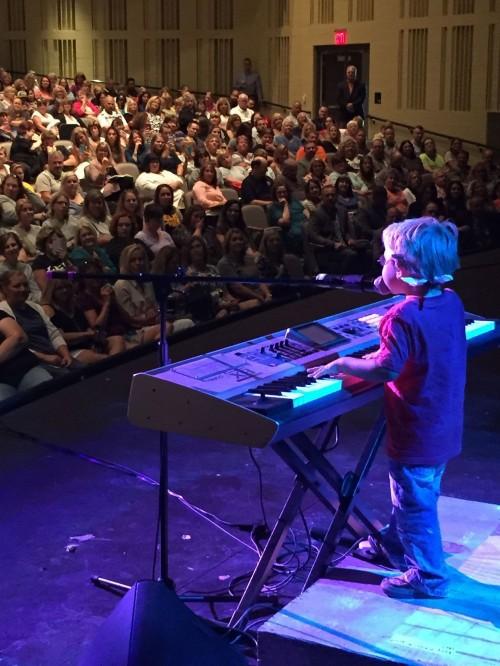 11 tháng tuổi, cậu bé mù đã biết tự đánh piano, 6 tuổi trình diễn trước công chúng - Ảnh 4.