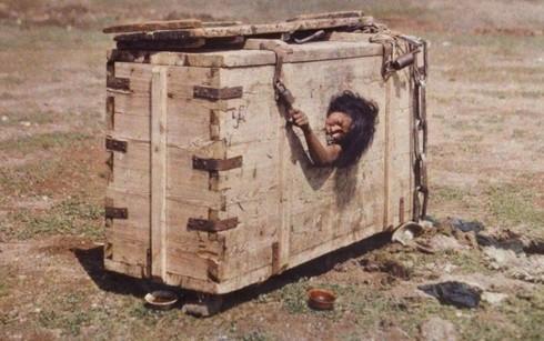 Ảnh người phụ nữ Mông Cổ bị nhốt trong cũi đến chết vì tội ngoại tình - Ảnh 1.