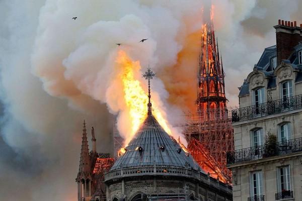 Từ Nhà thờ Đức Bà Paris đến ngọn lửa thiêu hủy di sản của ông Park - Ảnh 1.