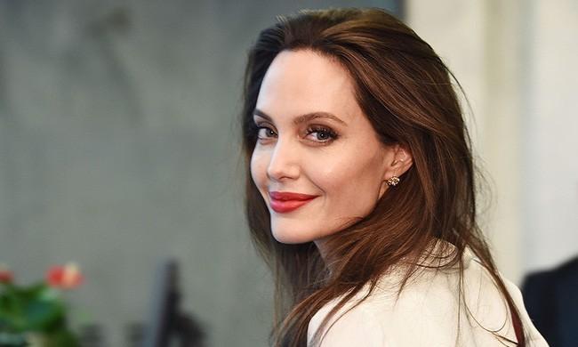 Angelina Jolie chính thức đổi họ sau khi không còn là vợ của Brad Pitt  - Ảnh 1.