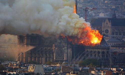 """Nhà thờ Đức Bà Paris cháy như lời tiên tri"""" trong tác phẩm của Hugo - Ảnh 2."""