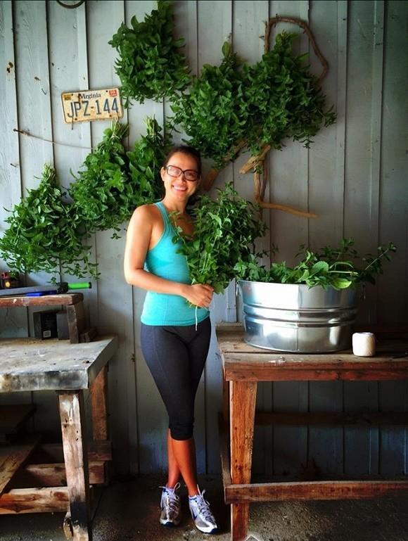Bỏ hào quang sang Mỹ, Hoa hậu Ngọc Khánh viên mãn sống đời giản dị, trồng nho phụ chồng - Ảnh 18.