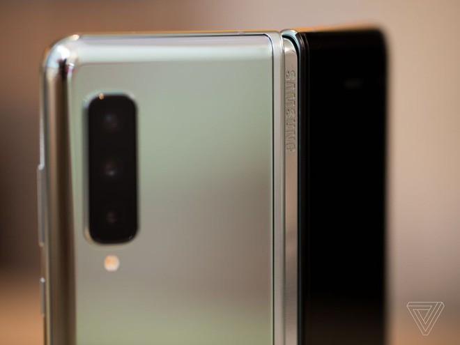 Trên tay Samsung Galaxy Fold: cầm nắm sướng tay, tiếng mở ra đóng vào nghe sướng tai và phần mềm thì tốt đáng ngạc nhiên - Ảnh 20.