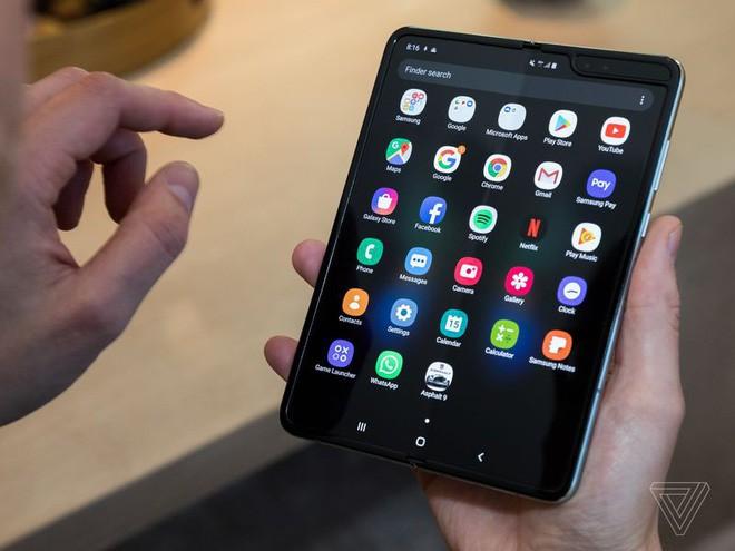 Trên tay Samsung Galaxy Fold: cầm nắm sướng tay, tiếng mở ra đóng vào nghe sướng tai và phần mềm thì tốt đáng ngạc nhiên - Ảnh 21.