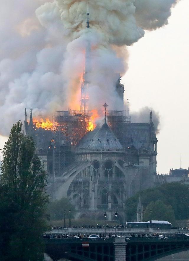 Cận cảnh Nhà thờ Đức Bà ở thủ đô Paris chìm trong biển lửa - Ảnh 3.