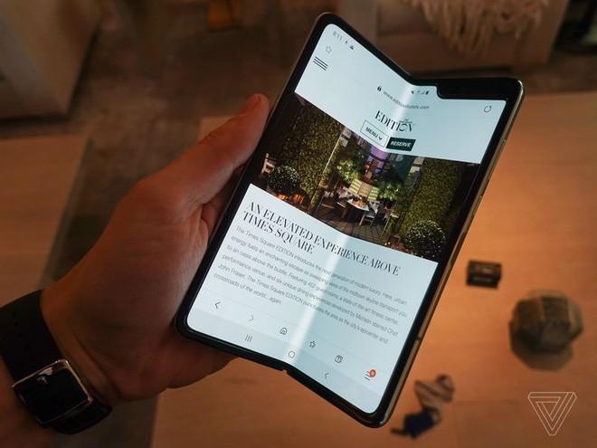 Trên tay Samsung Galaxy Fold: cầm nắm sướng tay, tiếng mở ra đóng vào nghe sướng tai và phần mềm thì tốt đáng ngạc nhiên - Ảnh 28.