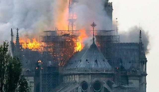 Cận cảnh Nhà thờ Đức Bà ở thủ đô Paris chìm trong biển lửa - Ảnh 4.