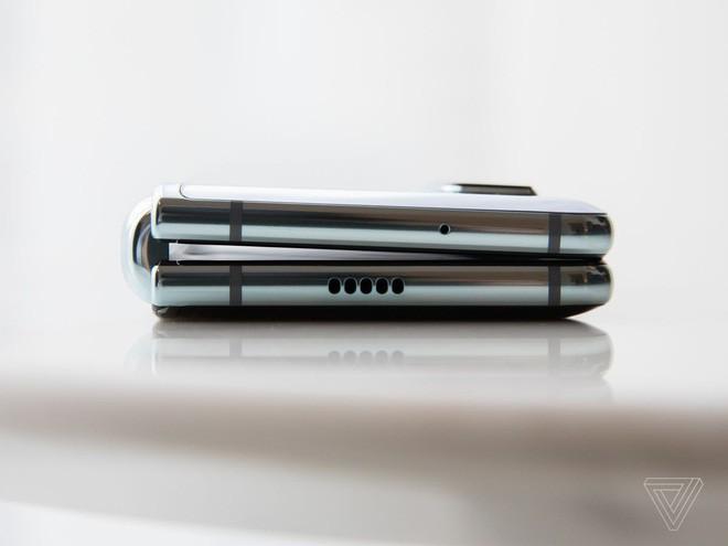 Trên tay Samsung Galaxy Fold: cầm nắm sướng tay, tiếng mở ra đóng vào nghe sướng tai và phần mềm thì tốt đáng ngạc nhiên - Ảnh 4.