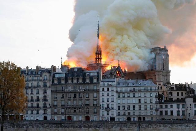 Cận cảnh Nhà thờ Đức Bà ở thủ đô Paris chìm trong biển lửa - Ảnh 5.