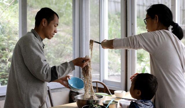 Người đàn ông Hong Kong bỏ phố về quê để sống xanh: Tự nhóm lửa, trồng rau, cả gia đình không dùng giấy vệ sinh suốt hơn 10 năm trời - Ảnh 6.