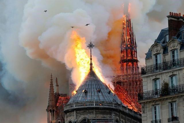 Cận cảnh Nhà thờ Đức Bà ở thủ đô Paris chìm trong biển lửa - Ảnh 6.