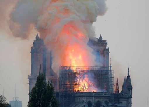 Cháy Nhà thờ Đức Bà ở Paris: Vì sao không thể chữa cháy từ trên không? - Ảnh 7.