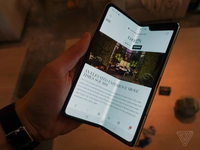 Trên tay Samsung Galaxy Fold: cầm nắm sướng tay, tiếng mở ra đóng vào nghe sướng tai và phần mềm thì tốt đáng ngạc nhiên - Ảnh 8.