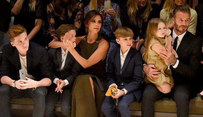 Tiểu công chúa Harper Beckham: Cuộc sống quý tộc phủ kín bằng tình thân và hàng hiệu của cô bé hạnh phúc nhất Hollywood - Ảnh 12.