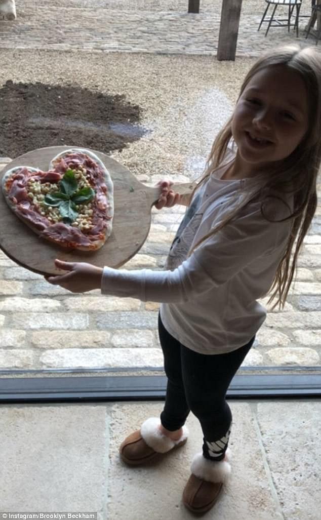 Tiểu công chúa Harper Beckham: Cuộc sống quý tộc phủ kín bằng tình thân và hàng hiệu của cô bé hạnh phúc nhất Hollywood - Ảnh 10.