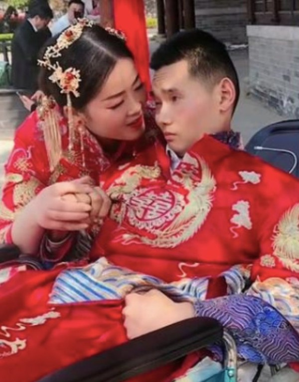 Chuyện tình yêu 12 năm của cặp đôi chồng sống thực vật nhưng vợ quyết không rời xa khiến triệu người rơi nước mắt - Ảnh 1.
