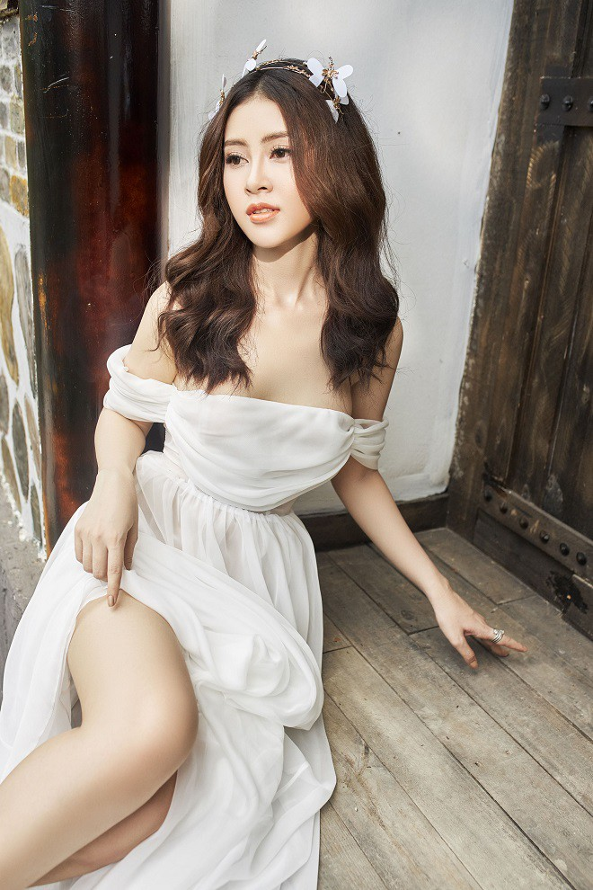 Á hậu Lý Kim Thảo khoe vẻ gợi cảm trong bộ ảnh mới - Ảnh 7.