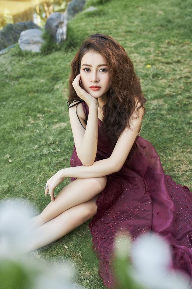 Á hậu Lý Kim Thảo khoe vẻ gợi cảm trong bộ ảnh mới - Ảnh 8.