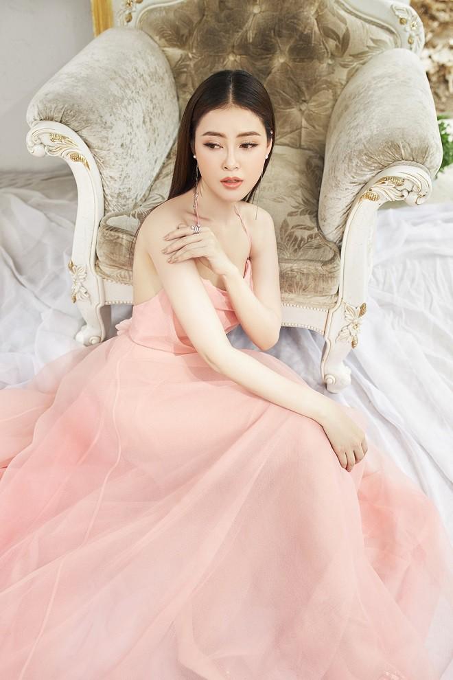 Á hậu Lý Kim Thảo khoe vẻ gợi cảm trong bộ ảnh mới - Ảnh 2.