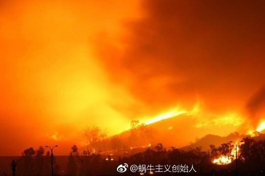 Chữa cháy gặp gió đổi chiều, 26 lính cứu hỏa thiệt mạng - Ảnh 1.