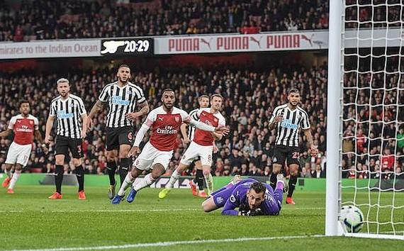 Ozil hớn hở khi Arsenal vượt mặt Tottenham! - Ảnh 1.